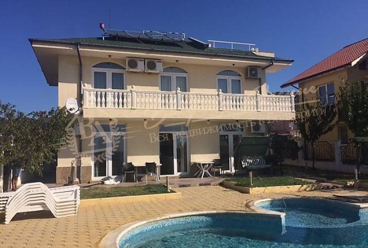 Дом с бассейном и видом на море и залив в г. Св.Влас