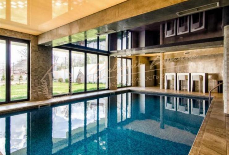 Дом прядает прекрасный вид на море, спокойствие, солнце, модерным дизайном и интерьерным решением, легкий доступ.