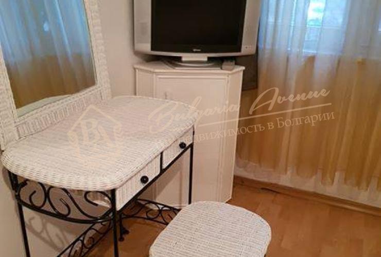 Расположена в одном из центральных районов в г.Варна, рядом два университета , больница, рестораны, банки, магазины и тд.