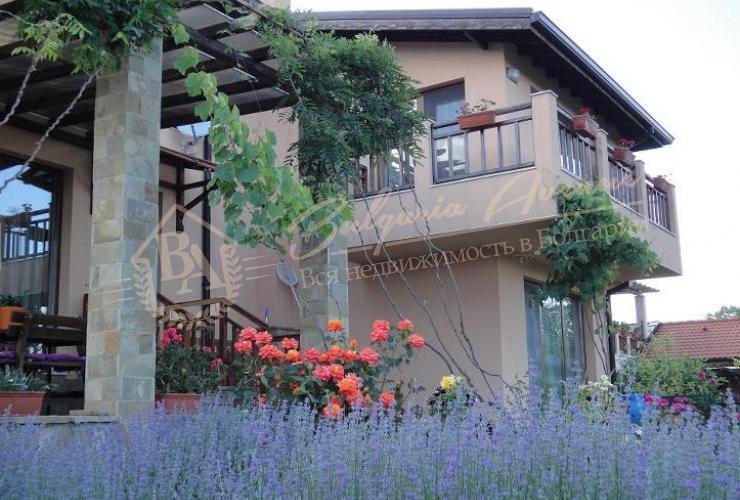 Сад красиво облагорожен с розами, фруктовыми деревьями и виноградом.