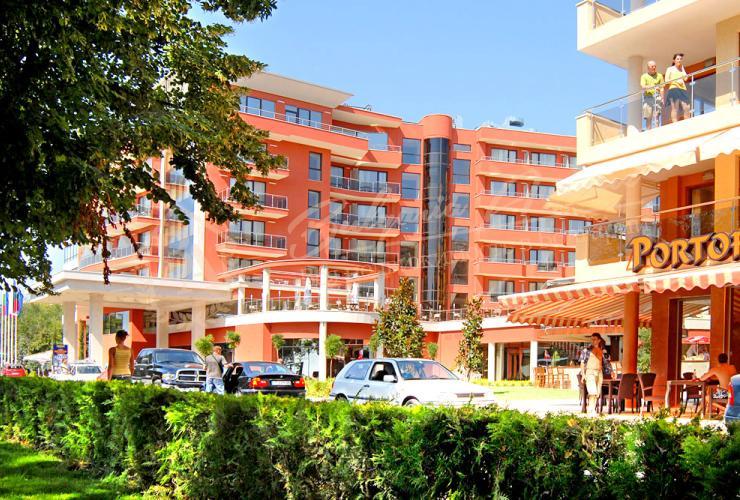 Жилой стильный дом расположен в районе Бриз, среди зелени, спокойствия, в пешей доступности до Приморского Парка (за 5 минут и Вы там), моря и инфраструктуры.