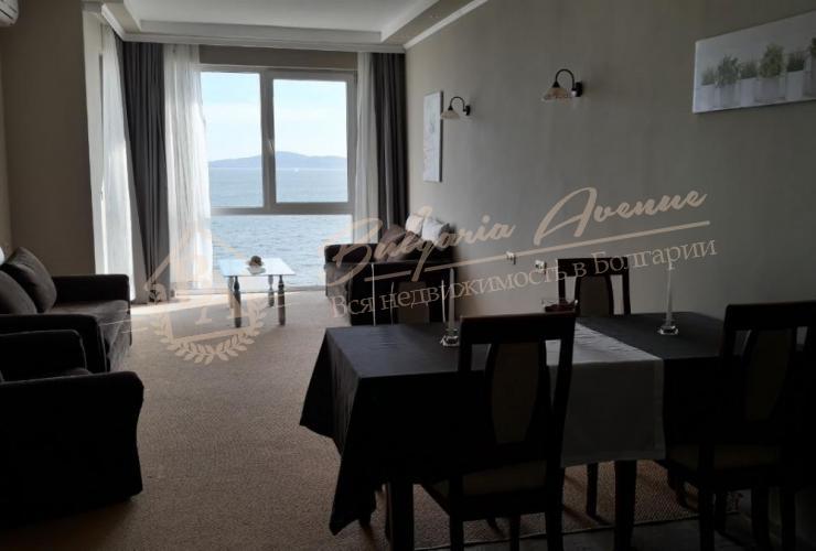 Гостиная в квартире на первой линии на песке с собственным пляжем в Поморие