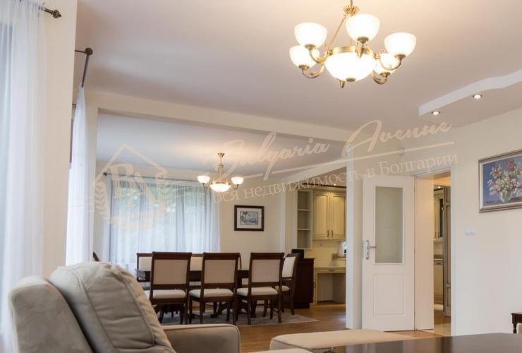 Прекрасный, уютный дом, расположен на первой линии Морского Приморского Парка в г. Варна.