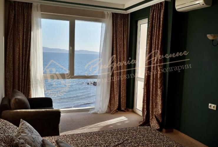 Спальня в квартире на первой линии на песке с собственным пляжем в Поморие