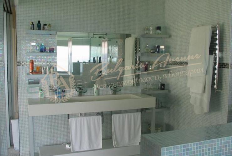 Новый современный дом класса люкс, номинированный лучший дом года у моря, расположен в г.Варна, в Морской столице на Черноморском побережье Болгарии.