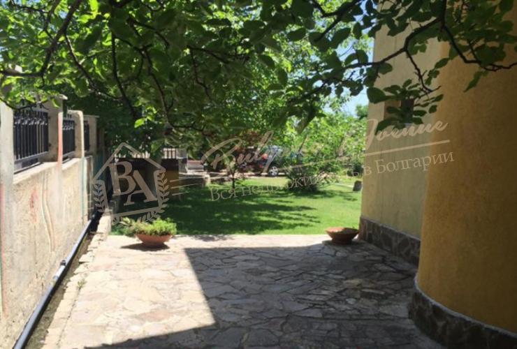 Дом расположен на северномпобережье, в 100м от главной дороги Варна - ЗолотыеПески.