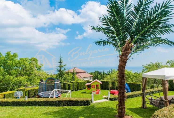 Во дворе бассейн и джакузи, беседка для отдыха, детская площадка, зона спорта и парковка