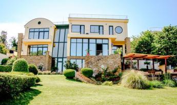 Уникальный дом в 100 м от берега моря и в 14 км от центра г.Варна. Дом на 3 этажа.