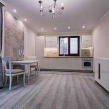 Квартира дизайнерски обставлена, новая. Состоит из гостиной с кухней, спальни, коридора, санузла, маленькой кладовки.